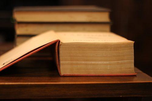 開いた辞書を横から見た画像