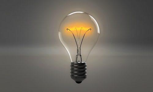 弱く光る電球の画像