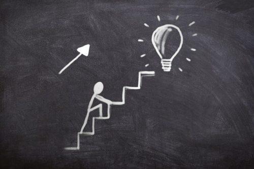 成功に向けて階段を上る人