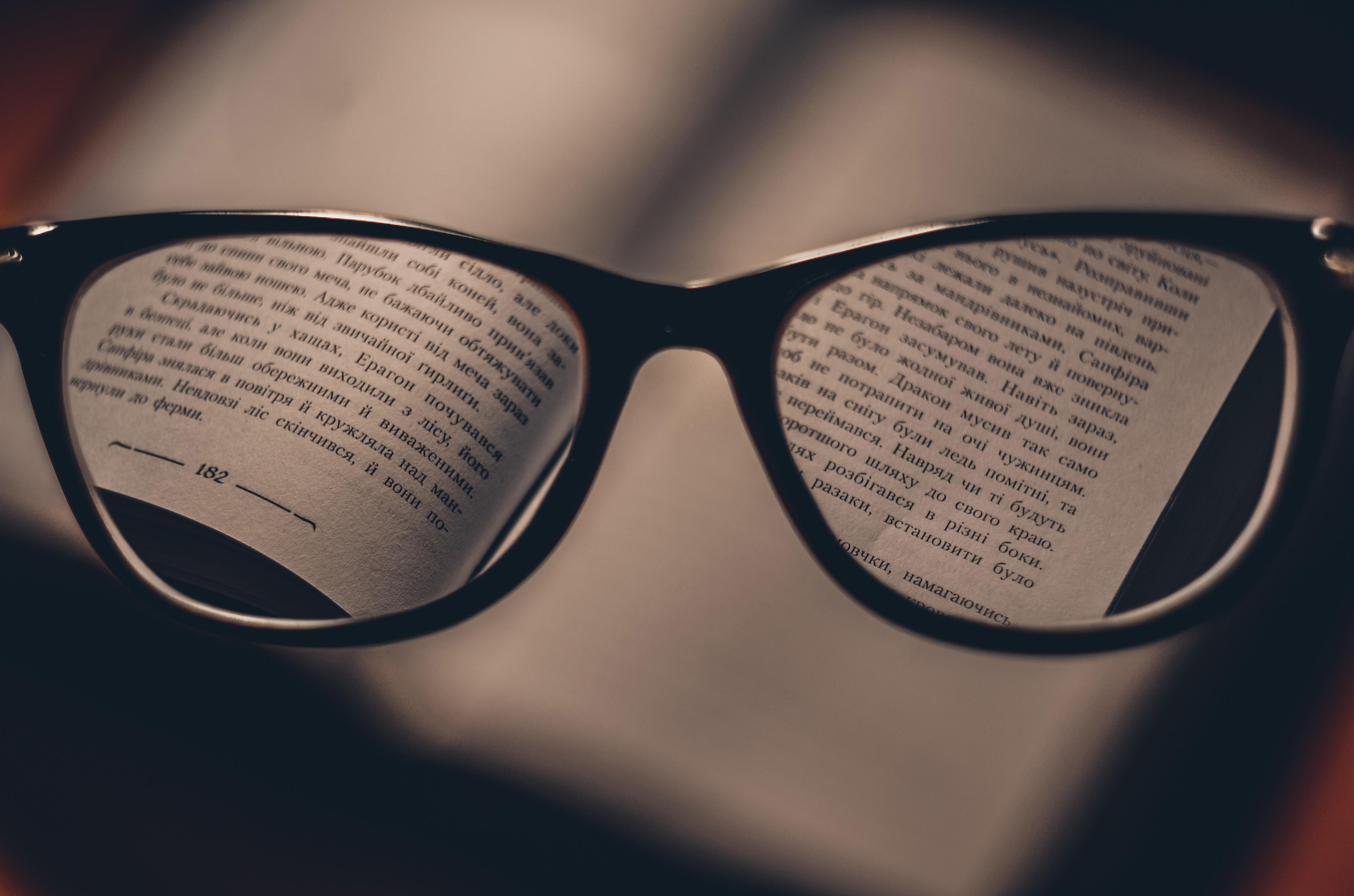 眼鏡とレンズの向こうの本