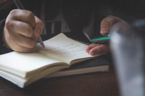 スマホを見ながらノートに書く