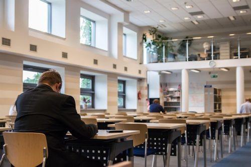 図書館で一人勉強する男性
