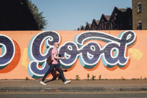 壁のgoodと前を歩く男性