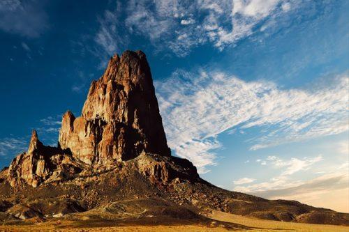 アリゾナの砂漠の中の山の画像
