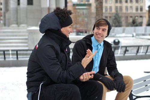 真冬に屋外で話す二人