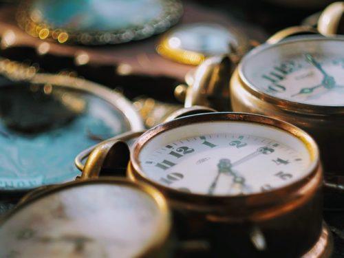 たくさん並べられた時計