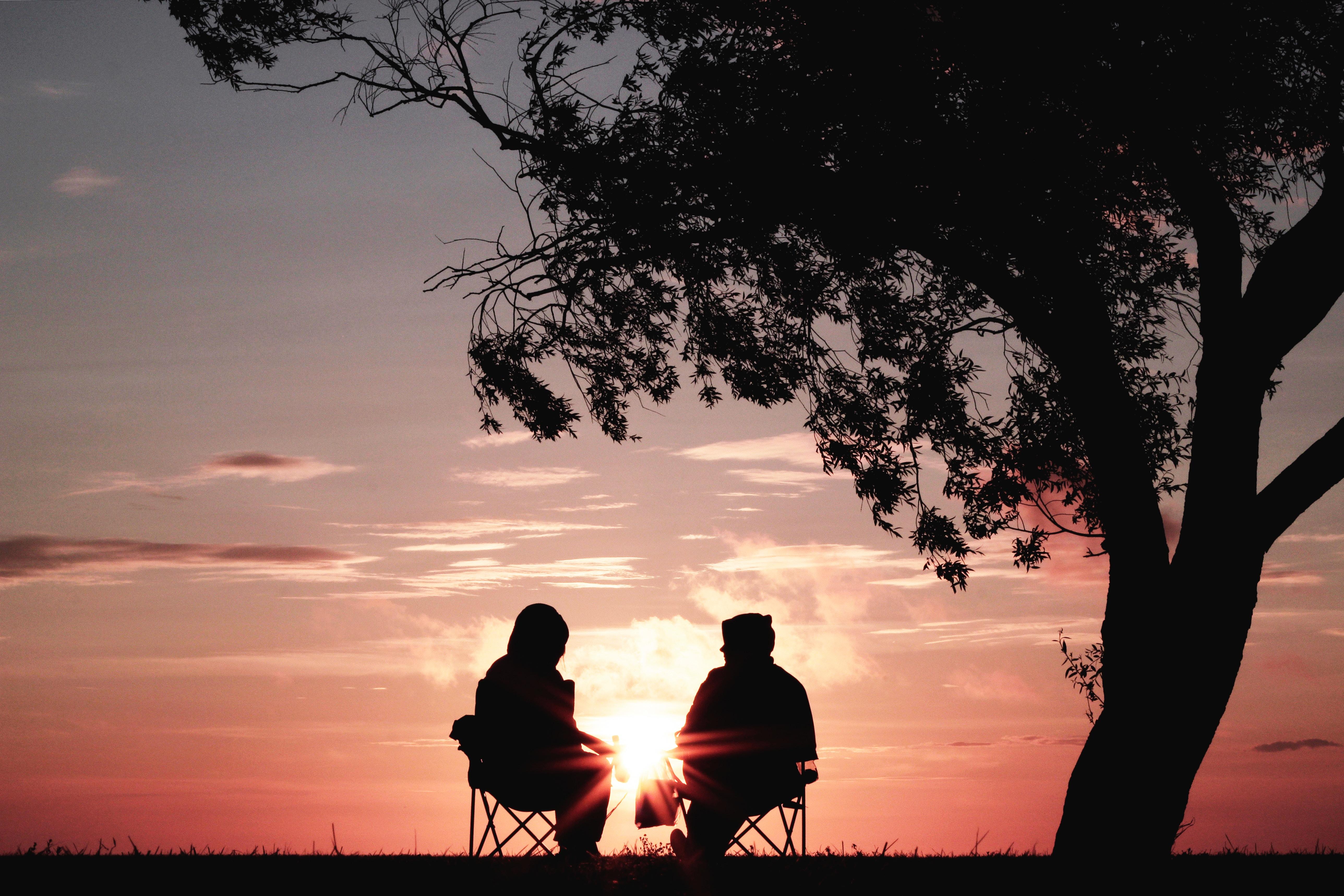 夕日を見ながら話す二人