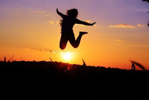 嬉しそうにジャンプする人