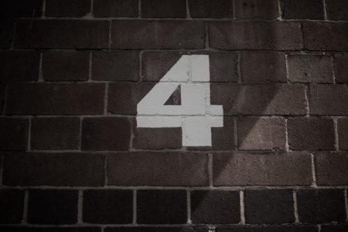 レンガの壁に書かれた数字の4