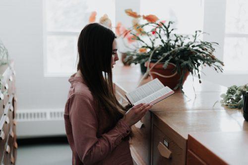 本を見ながら話す女性