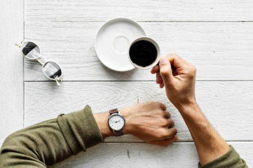 コーヒーを飲みながら時間を確認