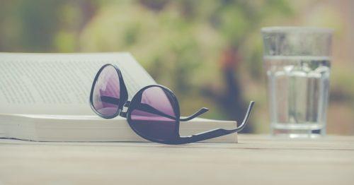 本の上に置かれたサングラス