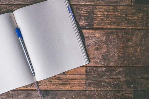 白紙のノートとペンの画像