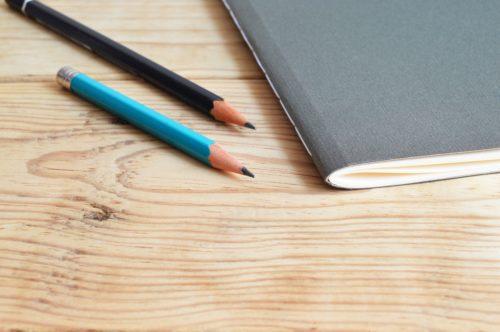 2本の鉛筆とノートの画像