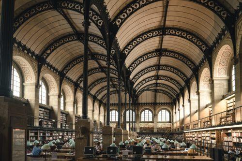 学習スペースのような広い部屋の画像