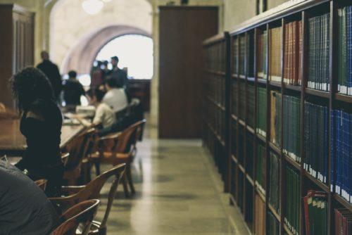 図書館か学習スペースのような場所の画像