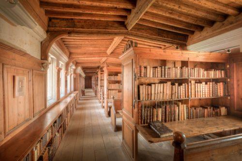 木の図書室のような場所の画像