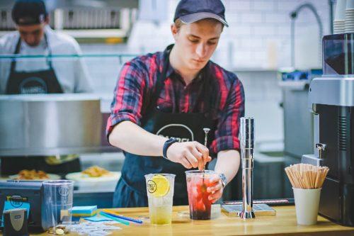 飲み物を作る男性スタッフの画像