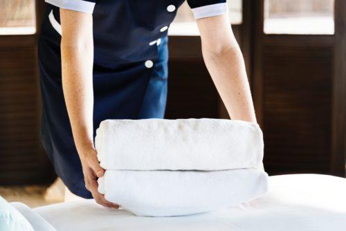 ホテルのスタッフがタオルを運ぶ画像