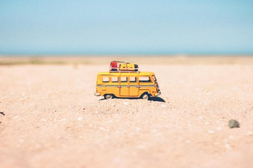 砂浜を走るバスの画像