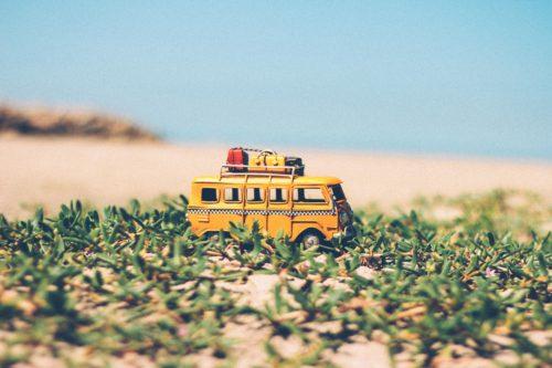 草の上を進むバスの画像
