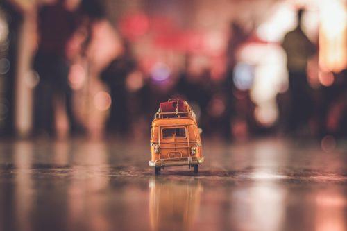 街中の道を走るバスの画像