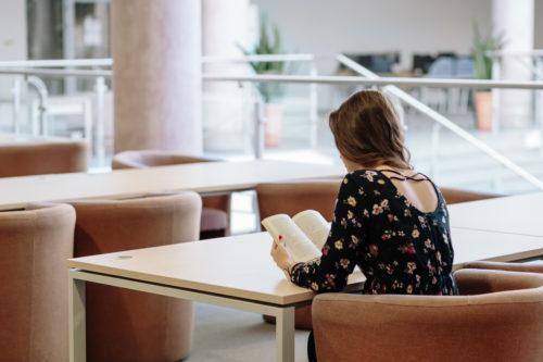 一人で読書する女性