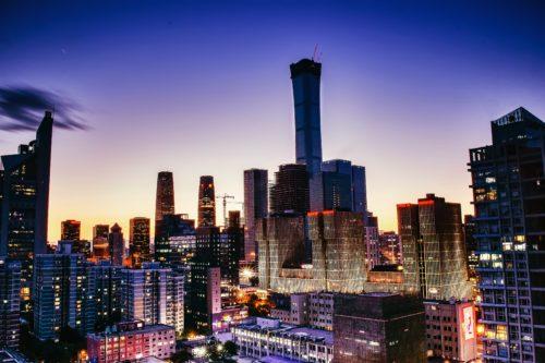 北京のビル群、夕暮れの画像
