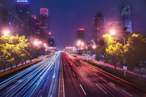 北京の夜景、ビル群、道路の画像