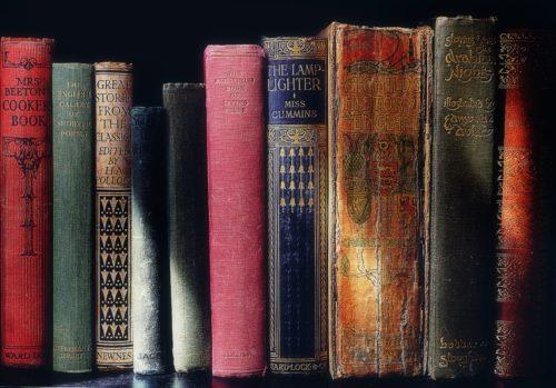 本棚に整理された古本の画像