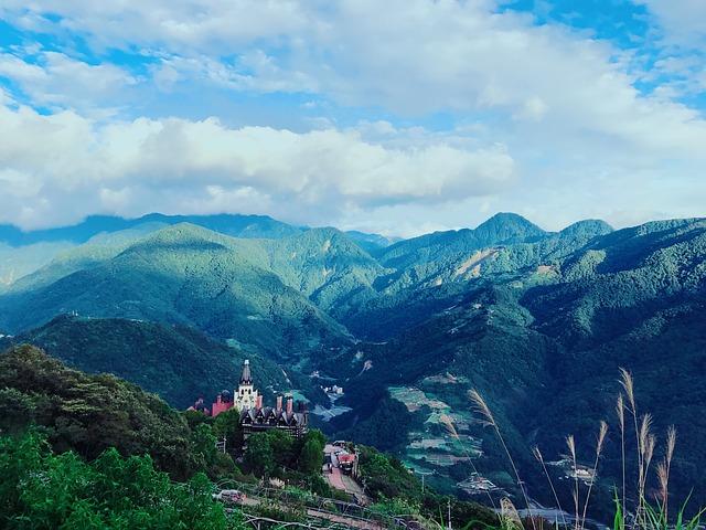 台湾の山と空の画像