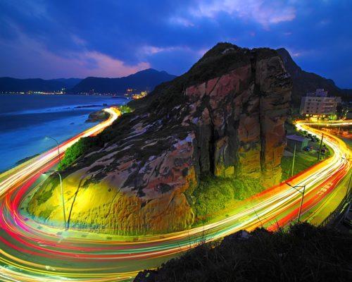 海辺の道の夜景