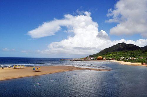 海辺から見る海と山の画像