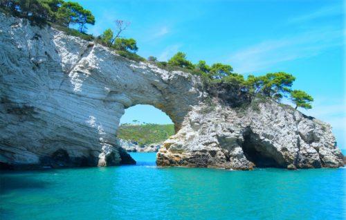岩のトンネルの画像