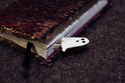手帳におばけのしおりが挟んである様子