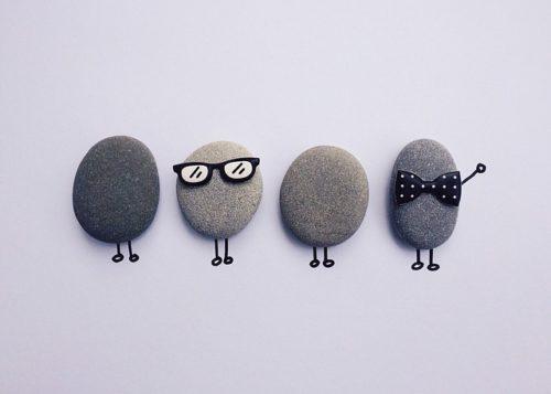 眼鏡や蝶ネクタイをした石の画像