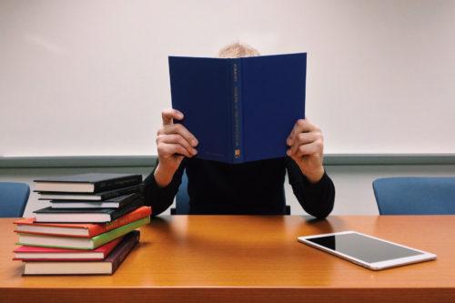 熱心に読書をする人