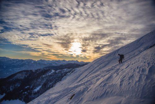 雪山を下山する男性