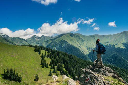 山頂から景色を見る男性