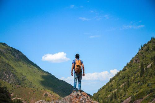 山の中腹に立つ男性