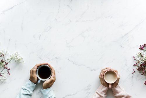 コーヒーとミルクティーを持っている