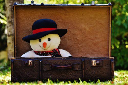 スーツケースの中に入った雪だるまのぬいぐるみ
