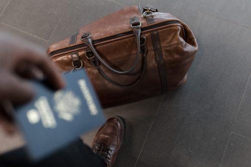 パスポートと革製のバッグ