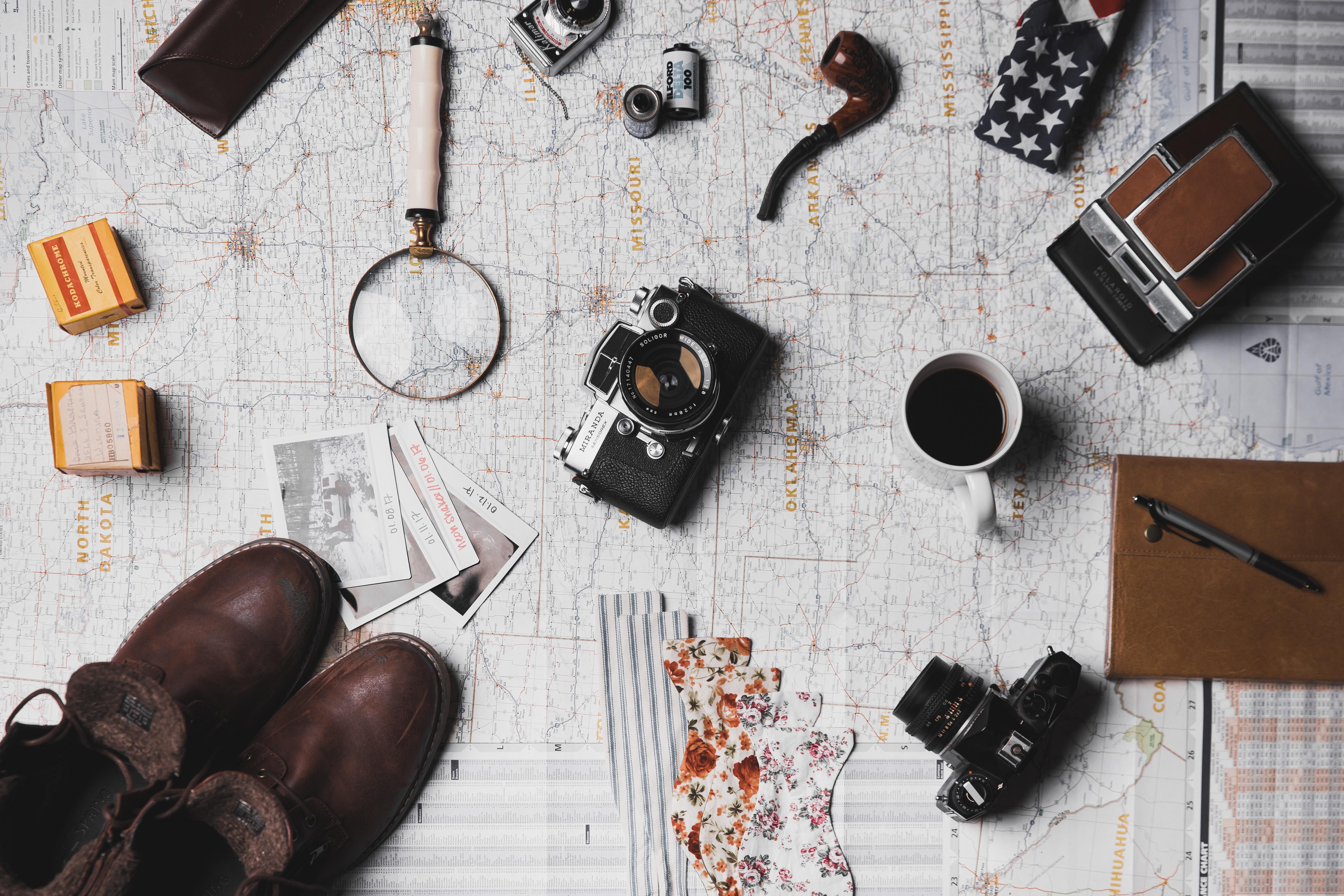 カメラや靴などの旅行用品