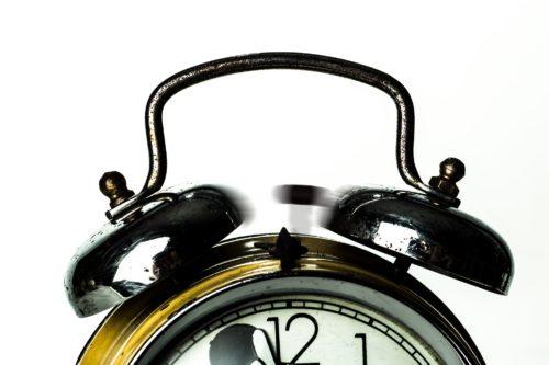 目覚まし時計が鳴っている