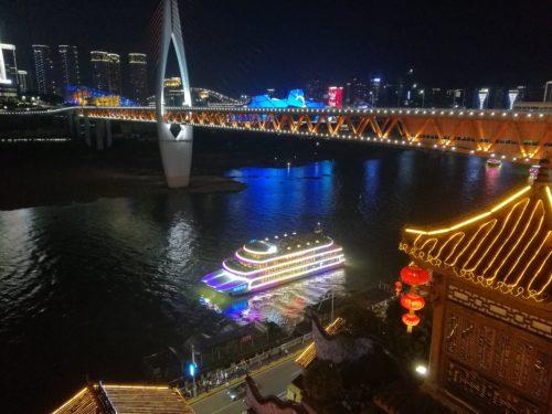重慶のビジネス街の夜景と洪崖洞と長江